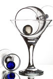 Ainda-vida com os dois grânulos de vidro de vinho e de vidro em uma parte traseira do branco Foto de Stock Royalty Free