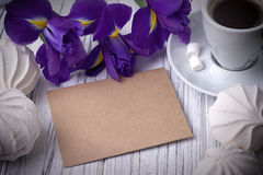 Ainda a vida com envolve flores da íris dos marshmallows do copo de café no fundo de madeira branco casamento Conceito do dia dos Foto de Stock Royalty Free