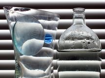 Ainda vida com a esfera de vidro azul Foto de Stock