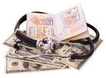 Ainda vida com estetoscópio, dinheiro e passaporte Foto de Stock Royalty Free
