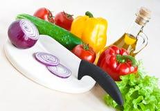 Ainda vida com faca e vegetais fotografia de stock royalty free
