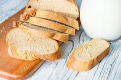 Ainda vida com fatias de pão e de leite em um fundo de madeira Fotografia de Stock Royalty Free