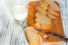 Ainda vida com fatias de pão e de leite em um fundo de madeira Imagens de Stock Royalty Free