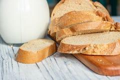 Ainda vida com fatias de pão e de leite em um fundo de madeira Fotos de Stock