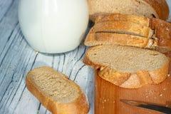 Ainda vida com fatias de pão e de leite em um fundo de madeira Imagem de Stock