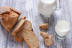 Ainda vida com fatias de pão e de leite em um fundo de madeira Foto de Stock Royalty Free