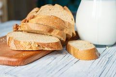 Ainda vida com fatias de pão e de leite em um fundo de madeira Foto de Stock
