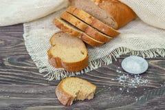 Ainda vida com fatias de pão em um fundo de madeira Foto de Stock Royalty Free