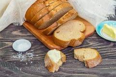 Ainda vida com fatias de pão em um fundo de madeira Foto de Stock