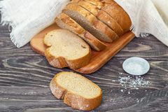 Ainda vida com fatias de pão em um fundo de madeira fotos de stock royalty free