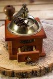 Ainda vida com feijões de café e o moinho de café velho Imagens de Stock