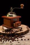 Ainda vida com feijões de café e o moinho de café velho Imagens de Stock Royalty Free