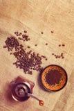 Ainda vida com feijões de café, moinho de café Fotos de Stock