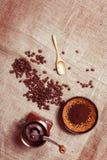 Ainda vida com feijões de café, moinho de café, copo e um spoo de madeira Fotografia de Stock