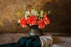 Ainda vida com flores bonitas Imagem de Stock Royalty Free