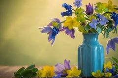 Ainda vida com flores da mola Imagens de Stock Royalty Free