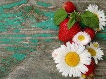 Ainda vida com flores e bagas do verão com espaço livre para o texto no fundo de madeira fotografia de stock royalty free