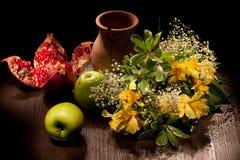 Ainda vida com flores e maçãs Fotografia de Stock