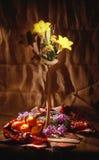 Ainda vida com flover e fruta, escova clara fotografia de stock royalty free