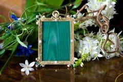 Ainda vida com frame ornamentado antigo. Fotos de Stock