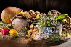 Ainda vida com frasco e frutos cerâmicos Imagens de Stock Royalty Free
