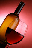 Ainda-vida com frasco e vidro Foto de Stock