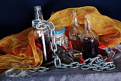 Ainda vida com frascos, corrente & ferramentas 3 Fotografia de Stock