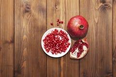 Ainda vida com fruto da romã no fundo de madeira Fotografia de Stock