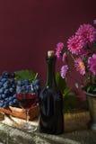 Ainda vida com fruto e uma garrafa do vinho Fotos de Stock