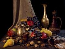 Ainda vida com frutos em uns vasos Fotografia de Stock