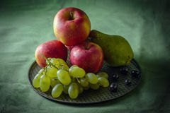 Ainda vida com frutos, obscuridade denominada Imagem de Stock Royalty Free