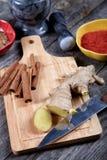 Ainda-vida com gengibre e canela em uma mesa de cozinha Foto de Stock Royalty Free