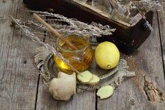 Ainda vida com gengibre, limão, mel e ervas de Provence Foto de Stock