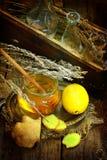 Ainda vida com gengibre, limão, mel e ervas de Provence Fotografia de Stock
