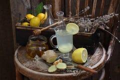 Ainda vida com gengibre, limão, mel e ervas de Provence Imagem de Stock
