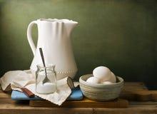 Ainda vida com jarro e os ovos brancos Fotos de Stock Royalty Free