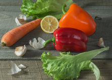 Ainda vida com legumes frescos, escada rústica Imagem de Stock Royalty Free