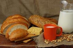 Ainda vida com leite, queijo e pão Fotos de Stock