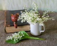 Ainda vida com lily-of-the-valley imagens de stock