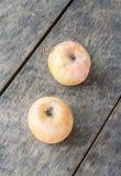 Ainda vida com a maçã velha no fundo de madeira Imagens de Stock Royalty Free