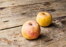 Ainda vida com a maçã velha no fundo de madeira Imagem de Stock