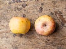Ainda vida com a maçã velha no fundo de madeira Foto de Stock