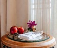 Ainda vida com maçãs e cutelaria Fotografia de Stock