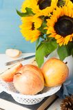 Ainda vida com maçãs e girassóis Fotografia de Stock Royalty Free