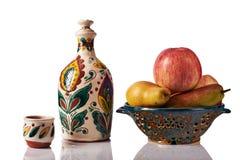 Ainda vida com maçãs, peras, garrafa feito a mão cerâmica, um copo Fotos de Stock Royalty Free