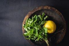 Ainda vida com manjericão e o limão frescos na madeira rústica Fotos de Stock Royalty Free
