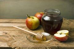 Ainda vida com mel e maçãs Fotos de Stock Royalty Free
