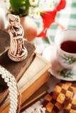 Ainda vida com mini escultura da xadrez Foto de Stock