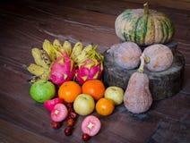 Ainda vida com muitas frutas e legumes Fotos de Stock Royalty Free