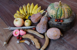 Ainda vida com muitas frutas e legumes  Fotografia de Stock